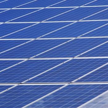 Electricien chargé de la maintenance des systèmes solaires photovoltaïques
