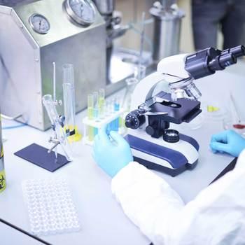 technicien de laboratoire en microbiologie